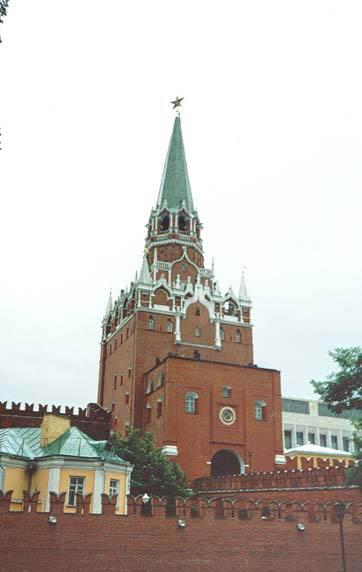 Троицкая башня построена в 1495-1499 годах Алевизом Фрязиным на месте Ризположенских ворот Кремля Дмитрия Донского.