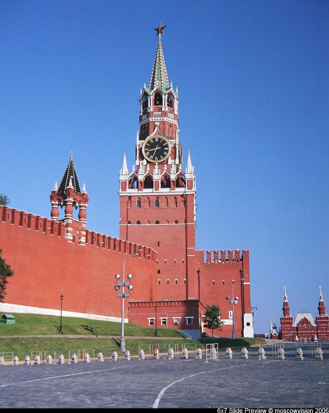 Мне повезло побывать в московском Кремле.  Это было в 80-ых годах прошлого, ХХ века.  Поскольку я училась в.